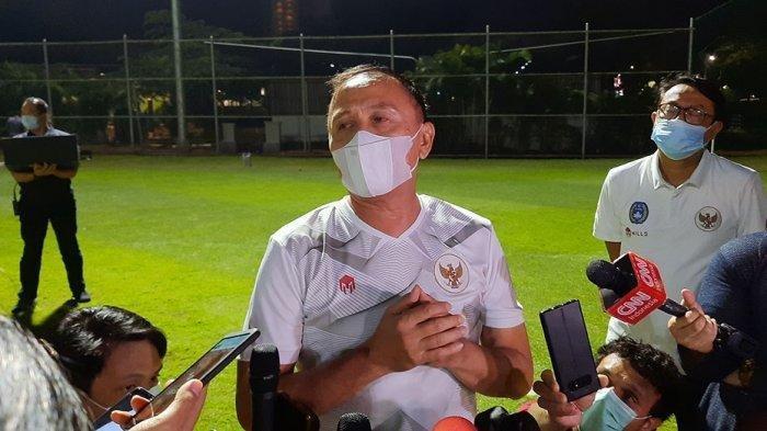 Ketua Umum PSSI, Mochamad Iriawan saat diwawancarai setelah meninjau latihan Timnas Indonesia U-23 di Lapangan D, Gelora Bung Karno, Senayan, Jakarta, Selasa (2/3/2021) malam.