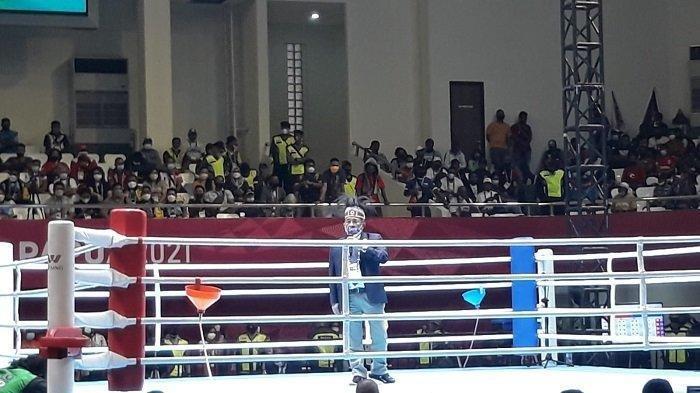 Kisruh Tinju PON XX Papua, Papua Barat vs Papua, Saling Lempar Botol, Penonton Terpancaing