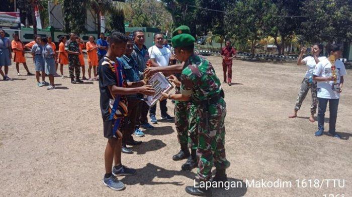 Kodim 1618 TTU Serahkan Piala dan Piagam kepada Pemenang Lomba Voli Tingkat SMA