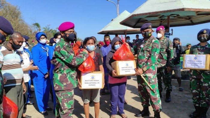 Danlantamal VII Kupang Serahkan Bantuan Sosial Bagi Warga Pesisir Kupang