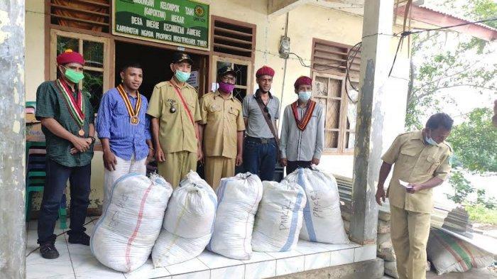 Komda PMKRI Flores Serahkan Bantuan Pakaian Layak Pakai untuk Korban Banjir Bandang Malapedho