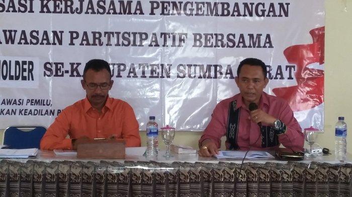 Komisioner Bawaslu Sumba Barat Kritik Caleg Memasang Foto Pada APK