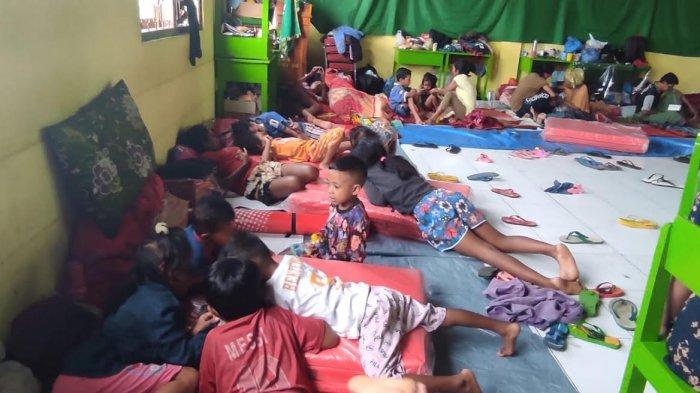 Nasib Anak-anak Korban Banjir Bandang di Tempat Pengungsian,Tidur Beralas Terpal Tanpa Selimut