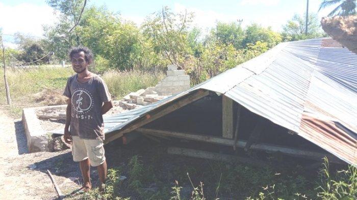 Paulus Paila Moto warga Desa Palakahembi, Kecamatan Pandawai, Sumba Timur berada di depan puing-puing rumahnya yang roboh akibat badai.