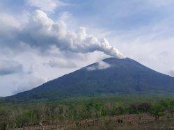 Erupsi gunung terpantau keluar dari kawah gunung berupa asap kehitaman dengan material debu pada Jumat (27/11/2020) pagi tadi.