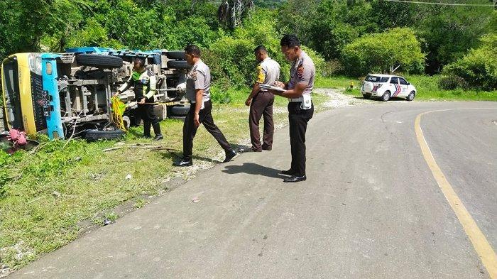 Kronologi Dump Truck Terbalik Hingga Satu Penumpang Tewas di Sumba Timur