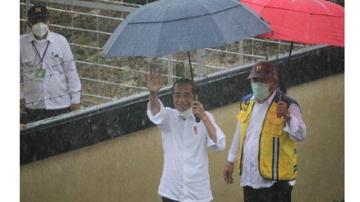 Kunjungan ke Sumba Tengah, Presiden Jokowi Bagi Buku, Masker & Baju Bagi Masyarakat