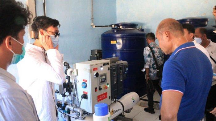 Gubernur NTT Viktor Bungtilu Laiskodat saat meninjau proyek desalinasi air tawar di Desa Papagarang, Kecamatan Komodo Kabupaten Manggarai Barat NTT, Sabtu, 1 Mei 2021.