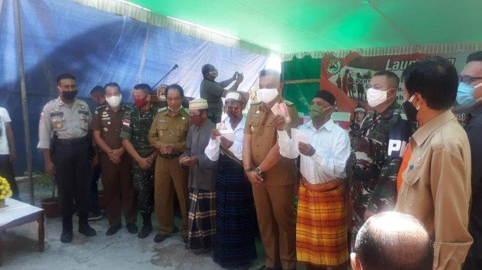 Bupati Robby Idong Launching Penyaluran BLT Daerah Tahun 2020 di Lapangan Sinde Kabor Kota Uneng