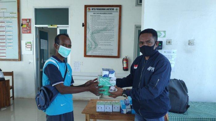 SERAH BANTUAN----Lembaga Masyarakat Peduli Perbatasan Indonesia (MPPI) saat menyalurkan bantuan Alat Pelindung Diri (APD) kepada tenaga medis di beberapa puskemas di Kabupaten Belu, wilayah perbatasan RI-RDTL, Jumat (20/11/2020).
