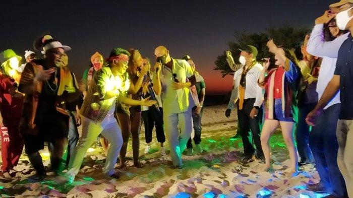 Gubernur Viktor Laiskodat saat acara Liman Sunset Festival digelar di Pantai Wisata Liman, Desa Uitiuhtuan Kecamatan semau Selatan Kabupaten Kupang, Sabtu (12/9/2020) sore.