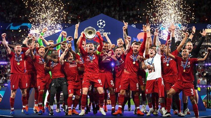 Parade Kemenangan Liverpool - Juergen Klopp Nyaris Jatuh, Sadio Mane Tolak Sampanye