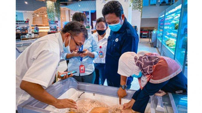 Suasana intensifikasi pengawasan pangan selama bulan Ramadan di salah satu sarana toko di Labuan Bajo, Kabupaten Mabar, Kamis (15/4/2021).