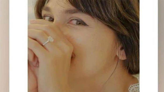 Luna Maya memamerkan cincin di jari manisnya. Kini ungkap ada hajatan besar pada 26 Agustus 2021
