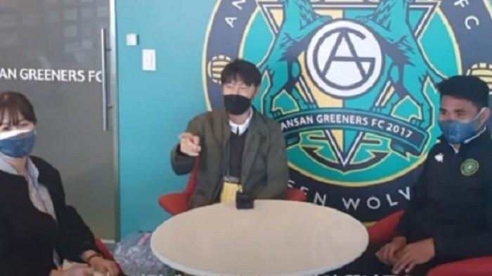 Luna saat menjadi translator untuk Asnawi di sebuah jumpa pers di Ansan Greeners FC. (YouTube LUNAlog)