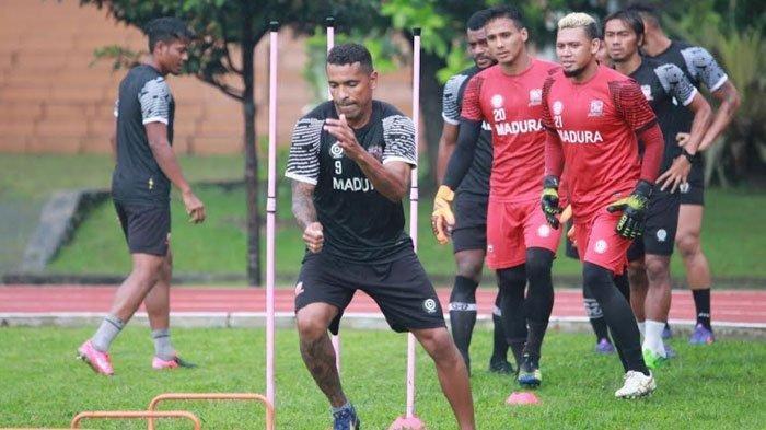 Striker Madura United FC, Alberto Goncalves saat melakukan latihan fisik di salah satu lapangan di Bandung, Sabtu (20/3/2021)