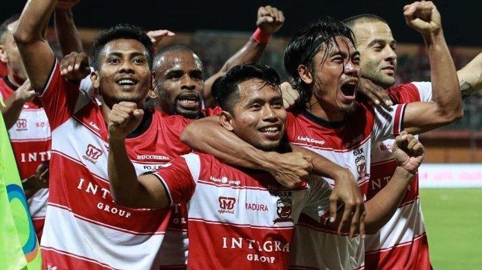 Para pemain Madura United tengah merayakan gol.