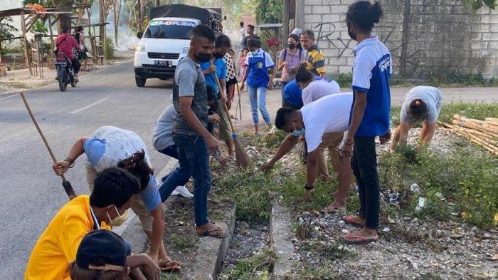 Kolaborasi Mahasiswa Undana dan Warga Sikumana Kota Kupang Bersihkan Lingkungan