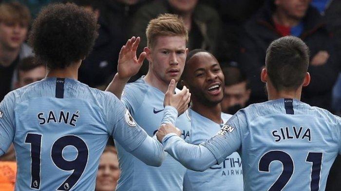 Leroy Sane, Kevin De Bruyne, dan David Silva merayakan gol Raheem Sterling pada pertandingan Crystal Palace vs Manchester City dalam lanjutan Liga Inggris di Stadion Selhurst Park, 14 April 2019.