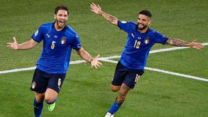 Gelandang Timnas Italia Manuel Locatelli merayakan golnya ke gawang Swiss bersama dengan Lorenzo Insigne pada laga Grup A Euro 2020 di Estadio Olimpico, Roma, pada 16 Juni 2021.