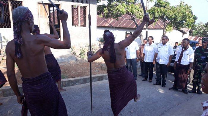 Resmikan Pembangunan BTS, Bupati Anton Disambut Tiga Lapis Tarian Masyarakat