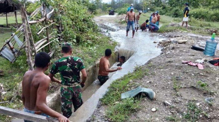 Masyarakat Lookeu Belu Bersama TNI Bersihkan Saluran Irigasi