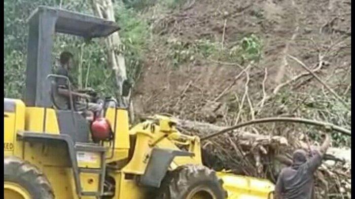 Material Tanah Longsor di Kampung Oka Sudah Dibersihkan