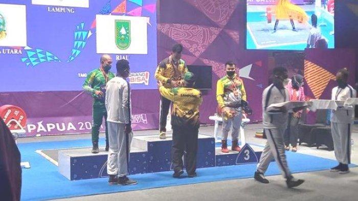 Atlet PON XX Papua asal Provinsi Lampung Viki Persembahkan Emas Cabor Angkat Berat Kelas 66 Kg