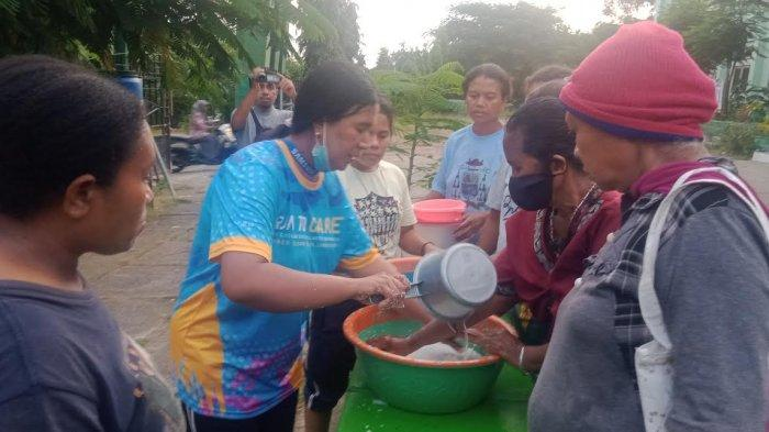 Relawan SOS Children Village Indonesia saat melatih emak-emak di posko pengungsian MAN 1 Waiwerang mengolah minyak kelapa murni