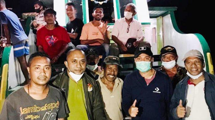 Tim Melchias Markus Mekeng Anggota DPR RI Fraksi Golkar, saat memberikan bantuan obat, tikar, selimut dan dancow untuk korban banjir bandang di Adonara, Kabupaten Flores Timur, Provinsi NTT, Rabu (7/4/2021).