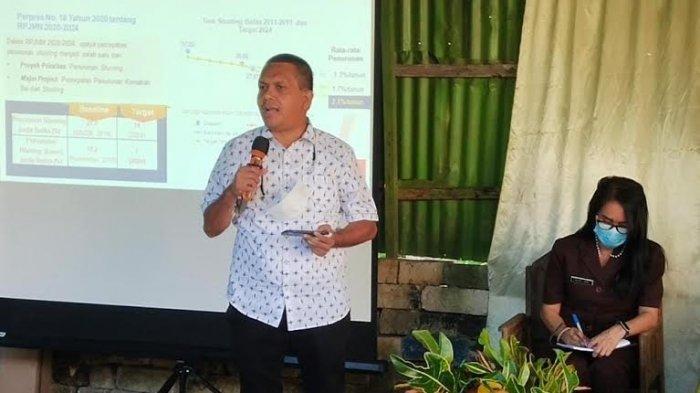 Wakil Ketua Komisi IX DPR RI Melki Laka Lena sedang memaparkan materi sosialisasi