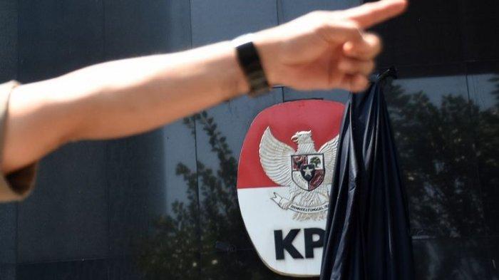 MENCEKAM, Kerusuhan Pecah di Depan Gedung KPK, Demonstran Lempar Batu Hingga Merangsek Masuk