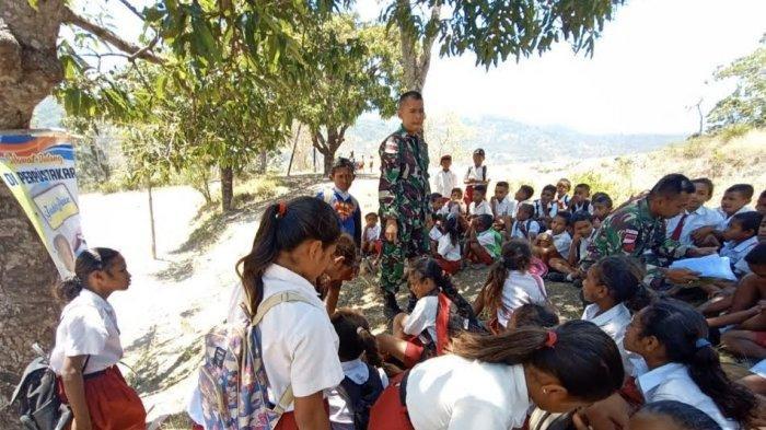 Anggota Satgas Pamtas RI-RDTL Yonif 132/BS Ajarkan Anak-Anak Perbatasan Belajar di Luar Kelas