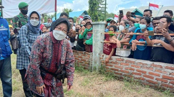 Di saat Presiden Joko Widodo memantau lokasi banjir dan longsor di desa Amakaka, Menteri Sosial Tri Rismaharini sudah berada terlebih dahulu di Posko Pengungsian Puskesmas Waipukang, Kecamatan Ile Ape, Jumat (9/4/2021) pagi.