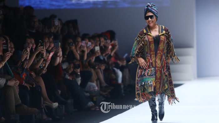 Tampil Nyentrik di Catwalk Jakarta Fashion Week, Susi Pudjiastuti Mengaku Dibayar Pakai Kapal
