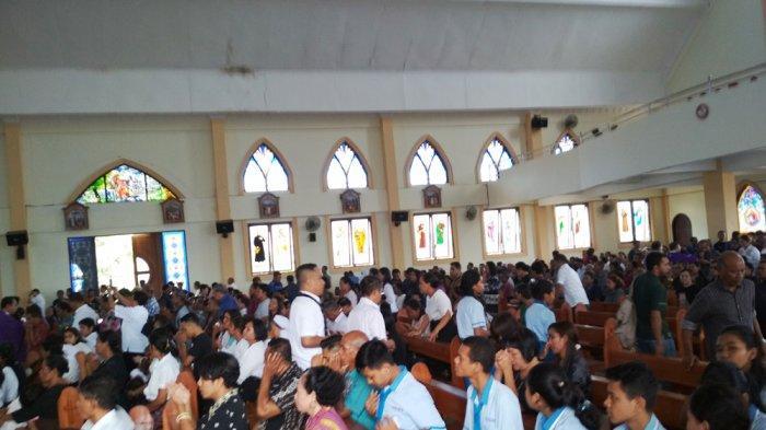 Pelayat Membludak di Gereja St Fransiskus Asisi Melepas Kepergian Tokoh Pers Damyan Godho