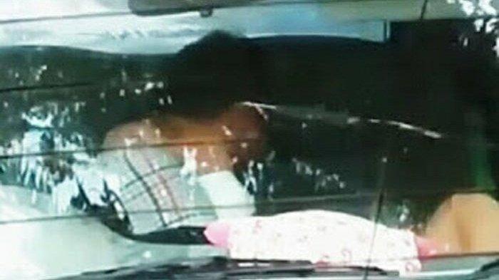 GILAK BENER! Pak Guru dan Siswinya Ini Berbuat Mesum di Dalam Mobil Goyang yang Parkir di Sekolahan