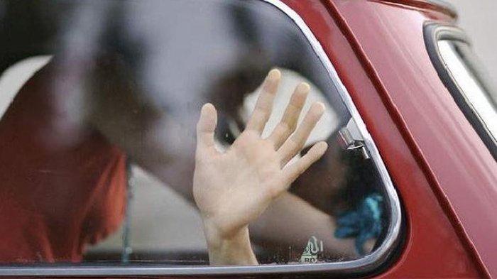 Bendahara & Pejabat Dinas Pendidikan Mesum dalam Mobil, Ditemukan Pingsan Hampir Tak Berbusana