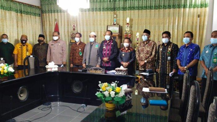 Ketua MUI Ngada, Haji Surachman Wiriyo Sumarto foto bersama dengan Bupati Ngada Andreas Paru dan unsur forkopimda di ruang rapat Bupati Ngada, Jumat (7/5/2021).