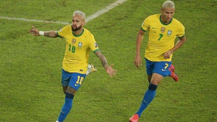 Bintang Brasil Neymar (kiri) melakukan selebrasi bersama Richarlison setelah mencetak gol ke gawang Peru pada laga Conmebol Copa America 2021 di Stadion Nilton Santos di Rio de Janeiro, Brasil, pada 17 Juni 2021.
