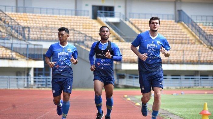 Nick Kuipers (paling kanan) berlari mengelilingi lapangan dalam latihan Persib Bandung di Stadion Gelora Bandung Lautan Api, Selasa (9/3/2021). Nick Kuipers mengaku kondisinya cukup fit.