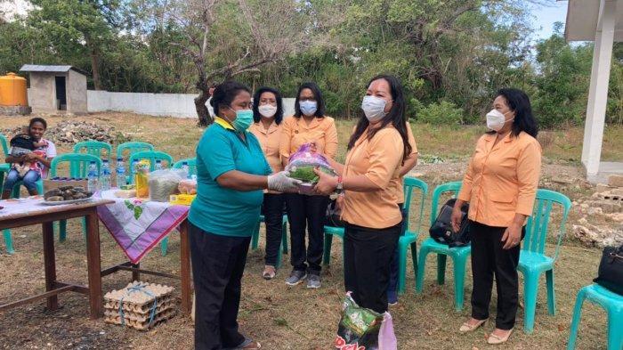 Ketua DWP UP PUPR NTT, Ny.Dionisia Nenabu menyerahkan bantuan kepada kader posyandu Laus, Kamis 10 Juni 2021