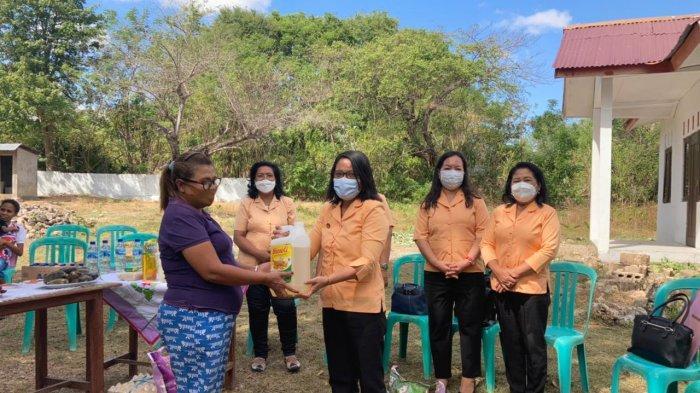 Ketua DWP UP PMD NTT, Ny.Florentina Manek menyerahkan bantuan minyak tanah