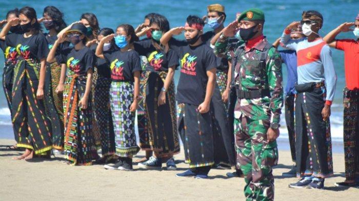 OMK St Familia Wae Nakeng Kibarkan Bendera Merah Putih di Pantai Watu Weri