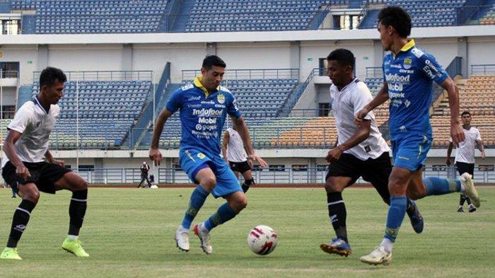 Winger Persib Bandung, Esteban Vizcarra (tengah), melindungi bola dari sergapan dua pemain Tira-Persikabo (putih) saat kedua tim beruji tanding, di Stadion Gelora Bandung Lautan Api (GBLA), Jumat (21/2/2020).