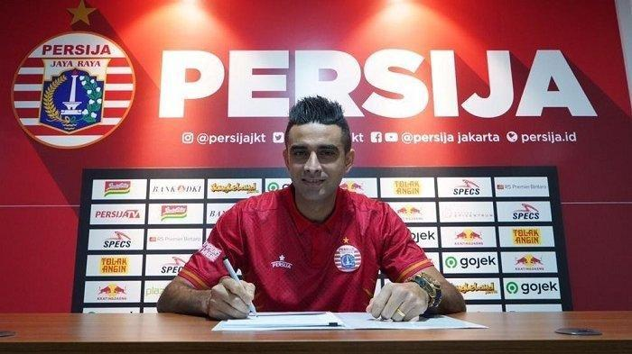 Pemain naturalisasi kelahiran Brasil yang sebelumnya bermain di Persebaya Surabaya, Otavio Dutra, saat diperkenalkan menjadi pemain baru Persija Jakarta.