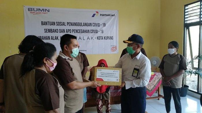 Pertamina Bantu Ratusan Paket Sembako dan APD untuk Warga Alak Kupang