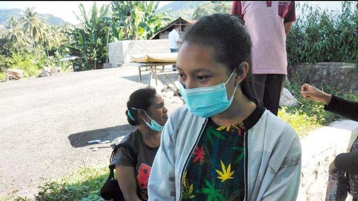 Pandangi Jenazah Delfiana Kepala SDI Ndora, Icha : Saya Kehilangan Ibu