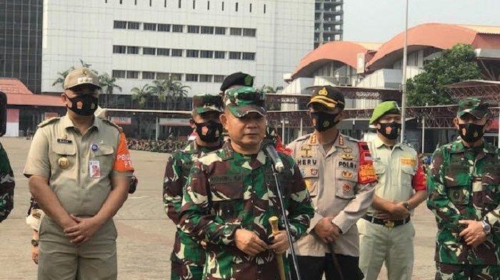 Pangdam Jaya Mayjen TNI Dudung Abdurachman meminta FPI dibubarkan jika tak mau taat hukum.