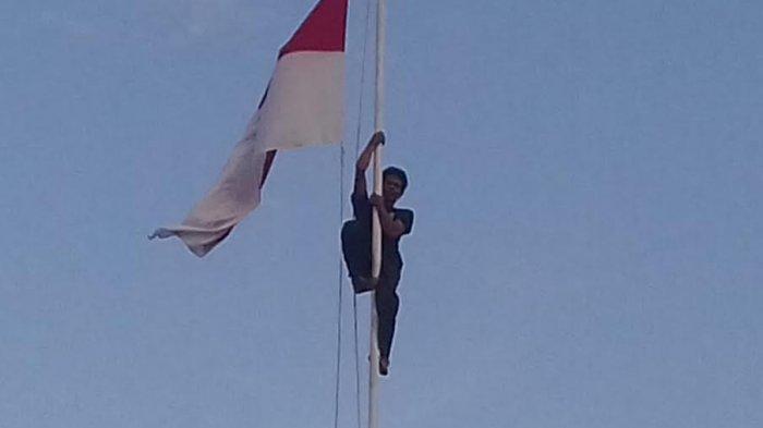 BREAKING NEWS:Anggota TNI Terpaksa Panjat Tiang Bendera Merah Putih Karena Tidak Bisa Diturunkan